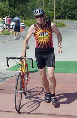 Peter McDougall crossing the finish line at the Duncan Hadley Triathlon for team Diabetes.